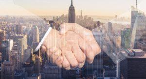 ビジネスマン同士の握手の写真