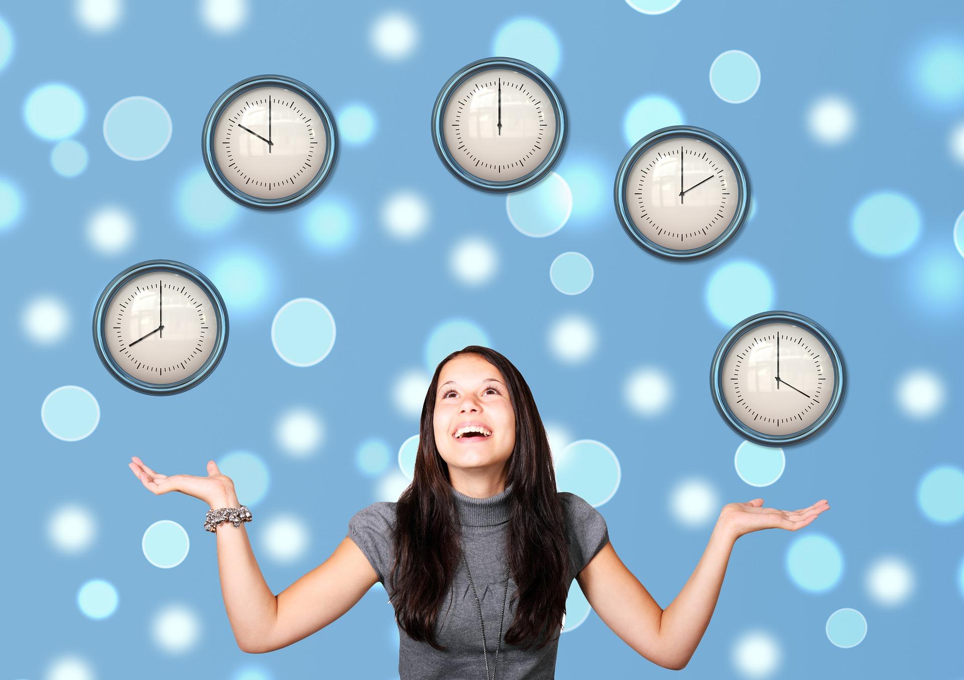 勤務時間を気にする女性の写真
