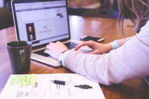 女性が仕事をしている写真