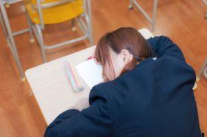 教科書を見ないで寝る写真