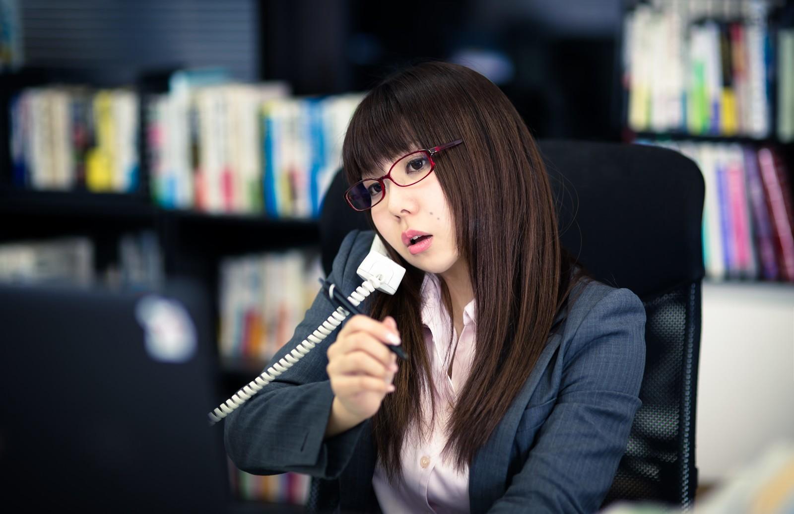 電話当番をしている写真