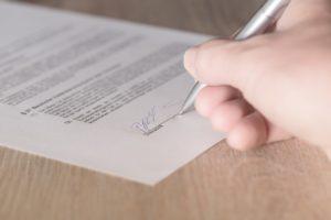 契約書にサインする写真2