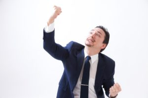 嬉しがる男性の写真