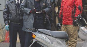 警察から不審車両で質問を受ける写真
