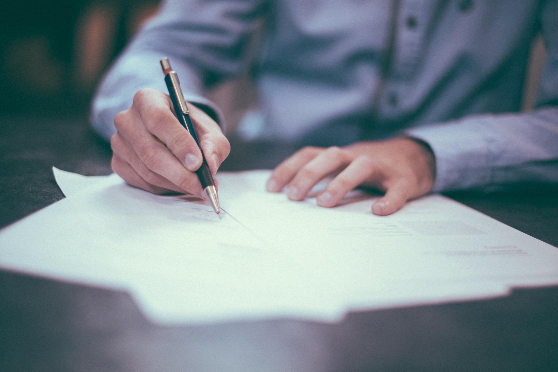 契約書にサインする写真1