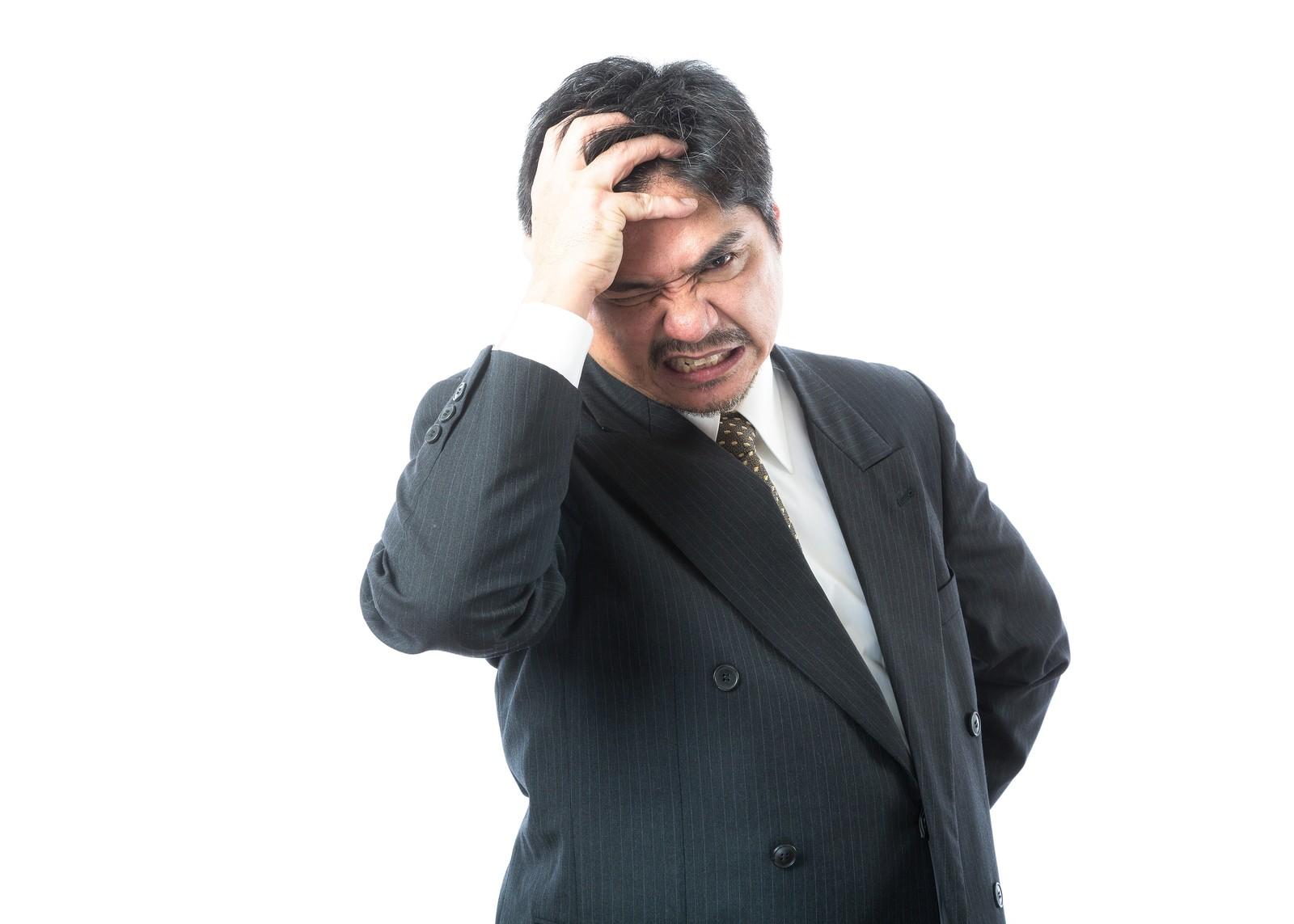 頭を抱える経営者の写真