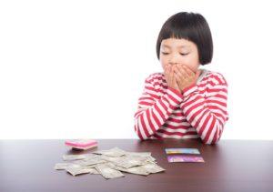 お金を計算する子供の写真