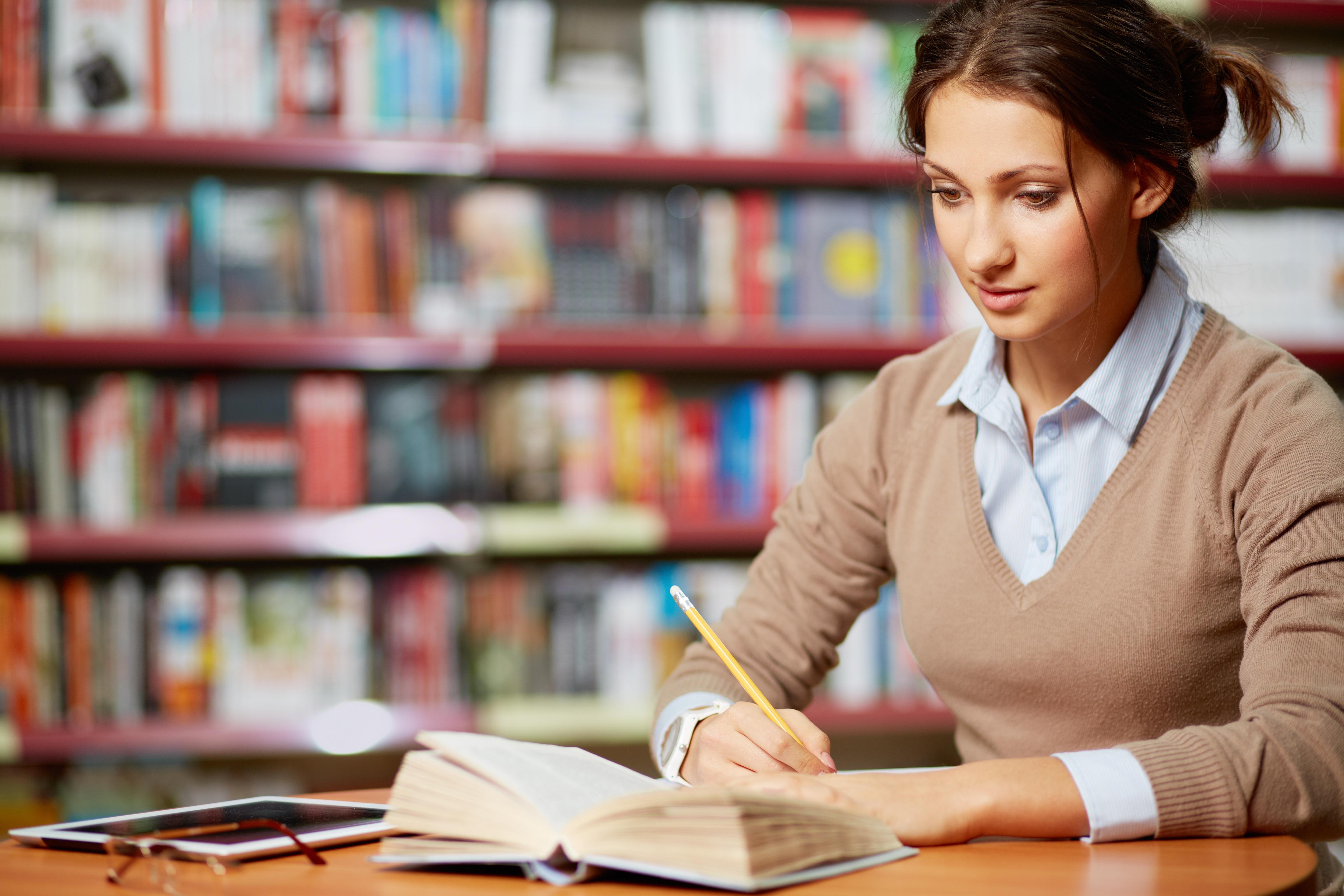 勉強をしている女性の写真
