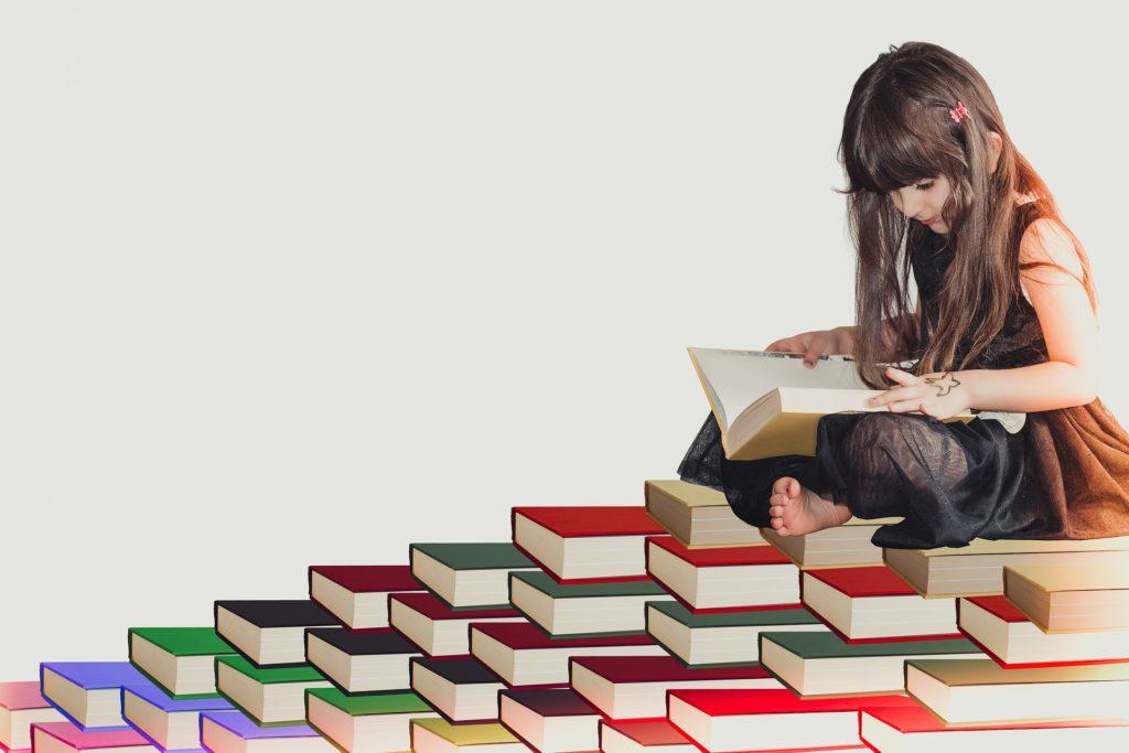勉強を積みかせている女性の写真