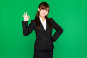 残業を許可する女性の写真