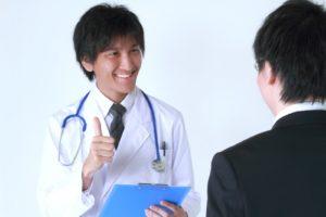 医者と面談している写真