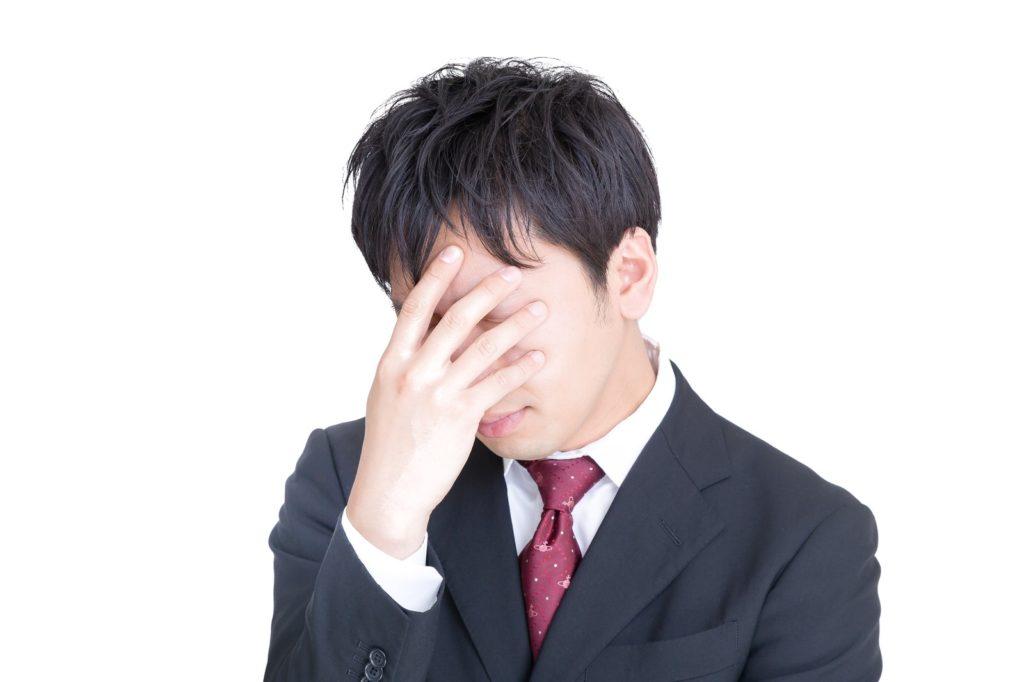 悩む経営者の写真