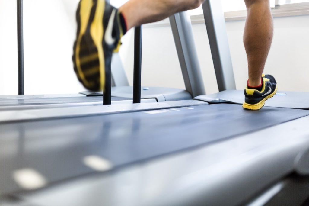 ジョギングをする男性の写真