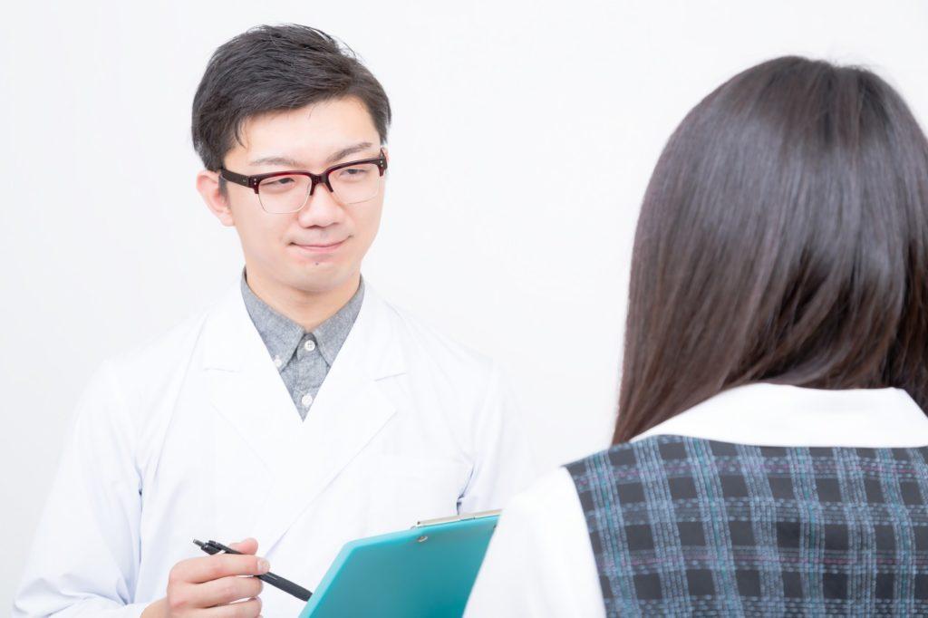 医者が問診する写真