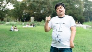 権利を主張する男性の写真