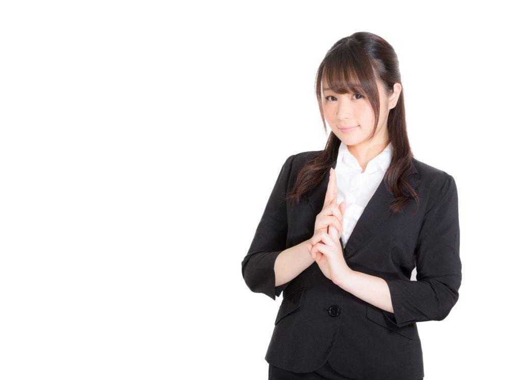 定時退社をする女性の写真