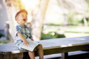 笑っている男の子の写真