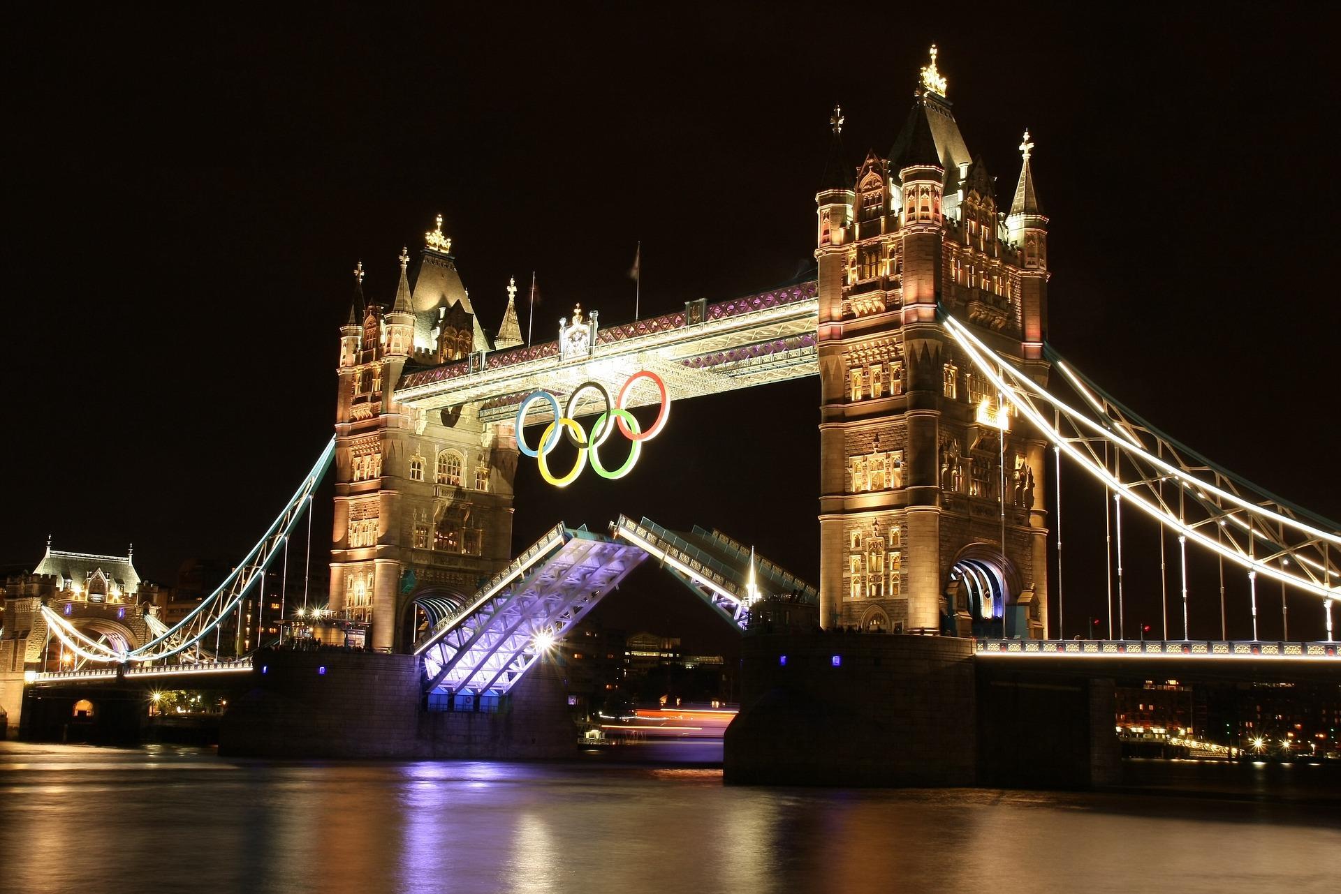 ロンドンオリンピック2012バージョンのタワーブリッジの写真