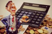 お金を蓄えている男性の写真(利益剰余金、内部留保のイメージ)
