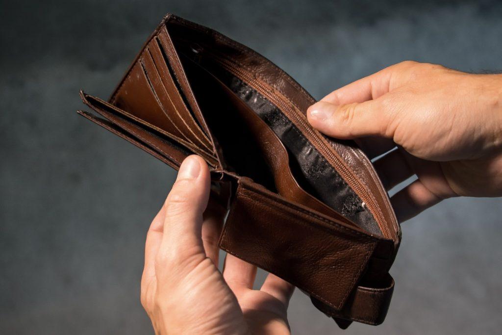 財布にお金が入っていない