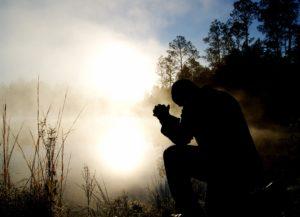 祈っている様子の写真