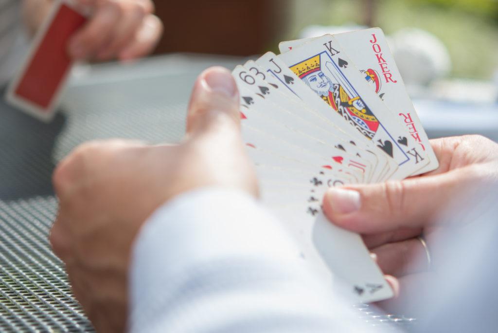 カードゲームで勝負する写真