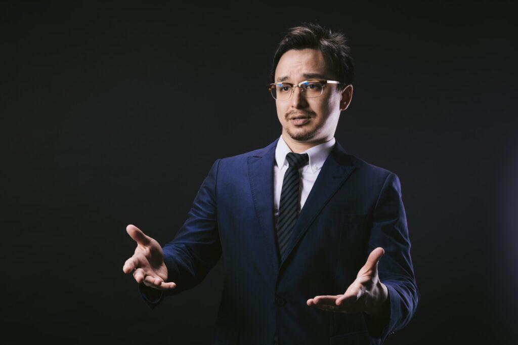 解決策を提案する男性の写真
