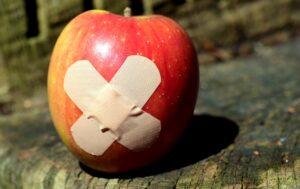 傷があるリンゴの写真