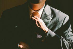身だしなみを整えるビジネスマンの写真