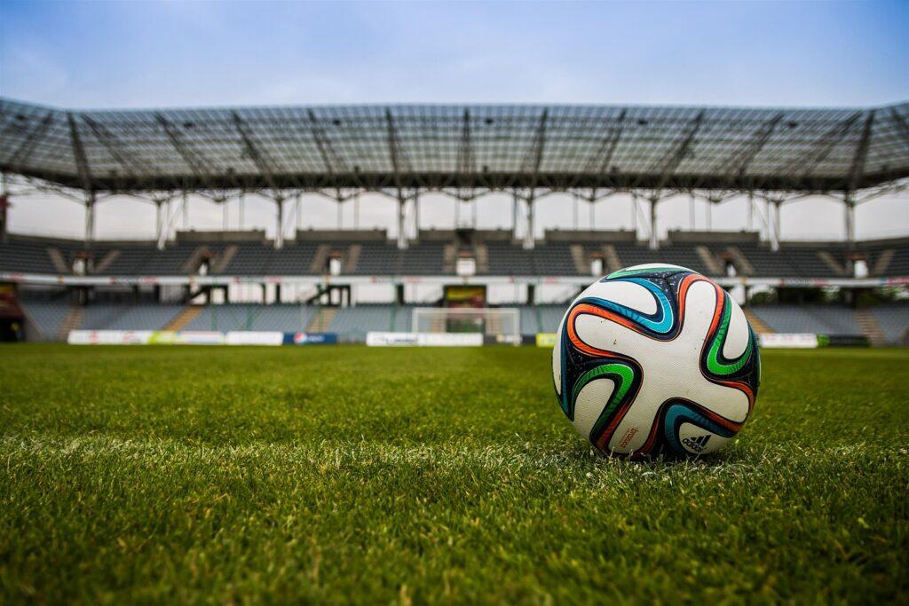 フィールドにあるサッカーボールの写真