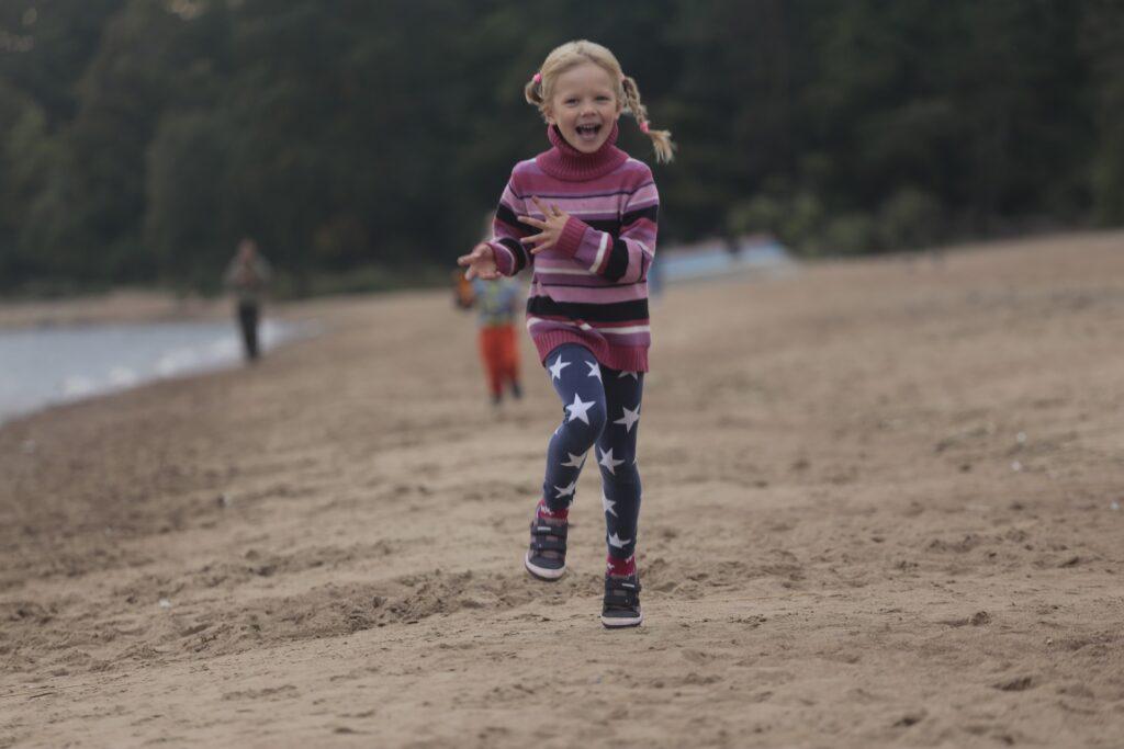 走り回っている子供の写真