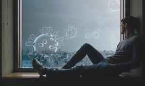 新型コロナウィルスでステイホームしている男性の写真