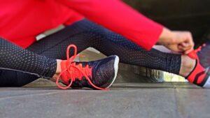 運動の準備をする女性の写真