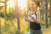 ジョギングをする女性の写真