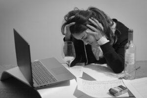 コロナストレスに悩む女性の写真
